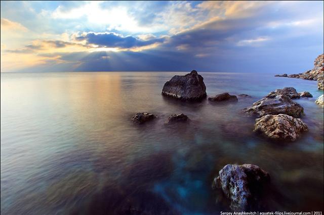 Маленькие чудеса Крыма: спящие камни и бархатное море в лучах заходящего солнца