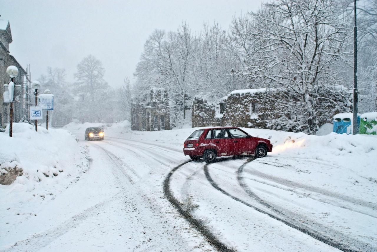 Картинки по запросу Поворот на ледяной дороге
