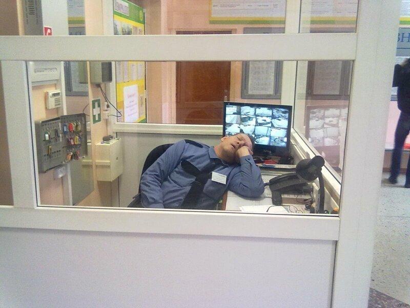 Охранники и сторожа спят так, чтобы показать всем окружающим, как это нужно правильно делать прикол, работники, сон, спят на рабочем месте, юмор