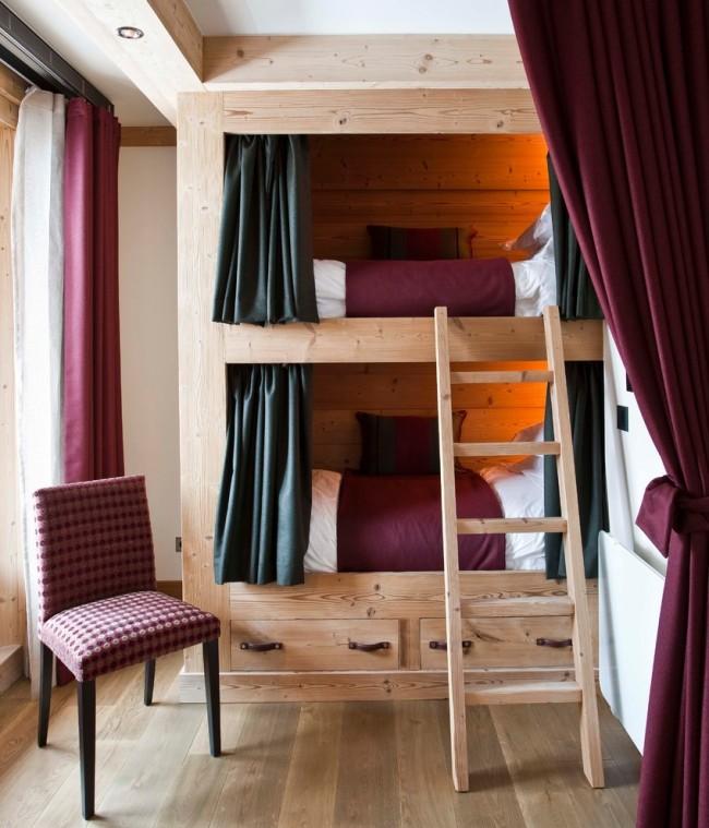 Если вы владелец маленькой спальной комнаты, то можно использовать двухъярусные кровати, при этом все можно оформить очень стильно, ярко и непринужденно