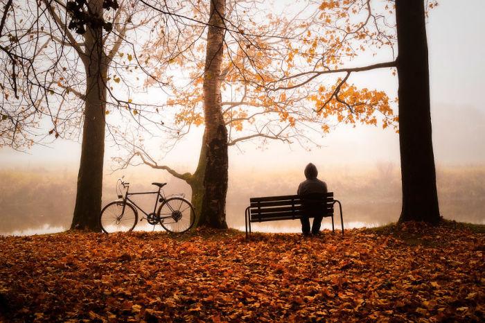 Молодой человек, уставший от благ и шума цивилизации, отдыхает на лоне природы.