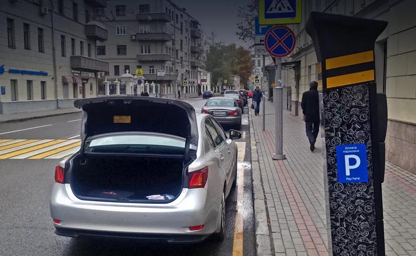 Зачем некоторые водители открывают багажник у припаркованного автомобиля авто