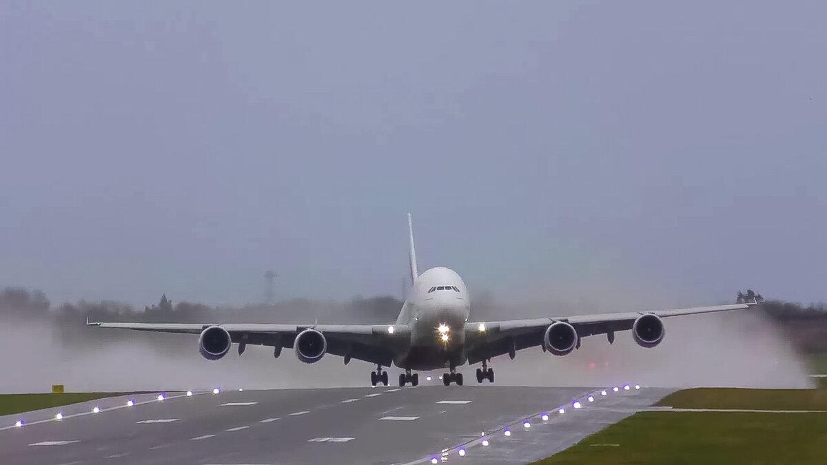 Захватывающие посадки пассажирских самолетов при урагане Сиара : опытные пилоты противостоят сильному боковому ветру авиация,боковой ветер,взлет,пассажирский самолет,полёты,посадка,самолеты,ураганы,шторм