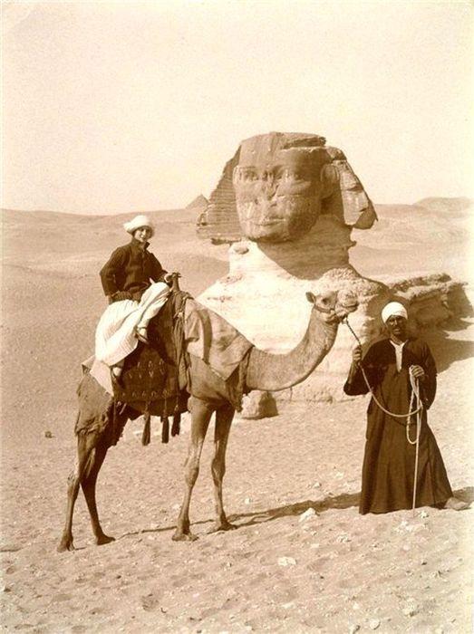 Павлова верхом на верблюде.