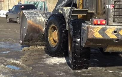 Челябинские коммунальщики и инспекторы ГИБДД переругались из-за глыбы льда
