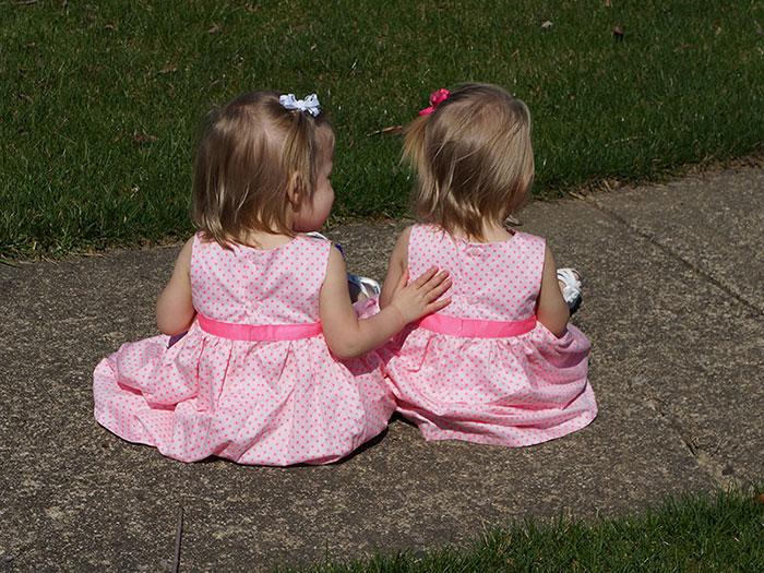 identical-twins-born-holding-hands-jenna-jillian-sarah-thistlethwaite-9