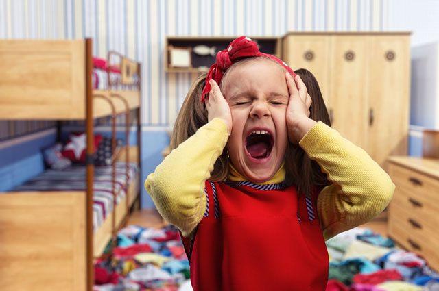 Девочка кричит, не желая никого слушать