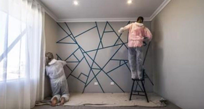 Они расклеили скотч по всей стене. Когда они перестанут красить, ты сильно удивишься!