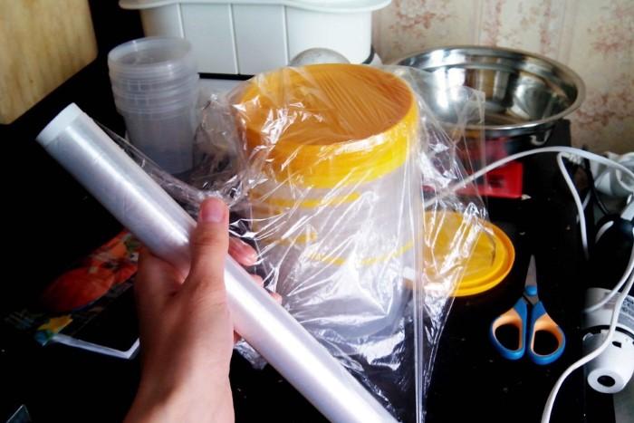 Оберните пищевую пленку в несколько слоев вокруг крышки, чтобы улучшить сцепление с кожей рук / Фото: fiveyellowstars.ru