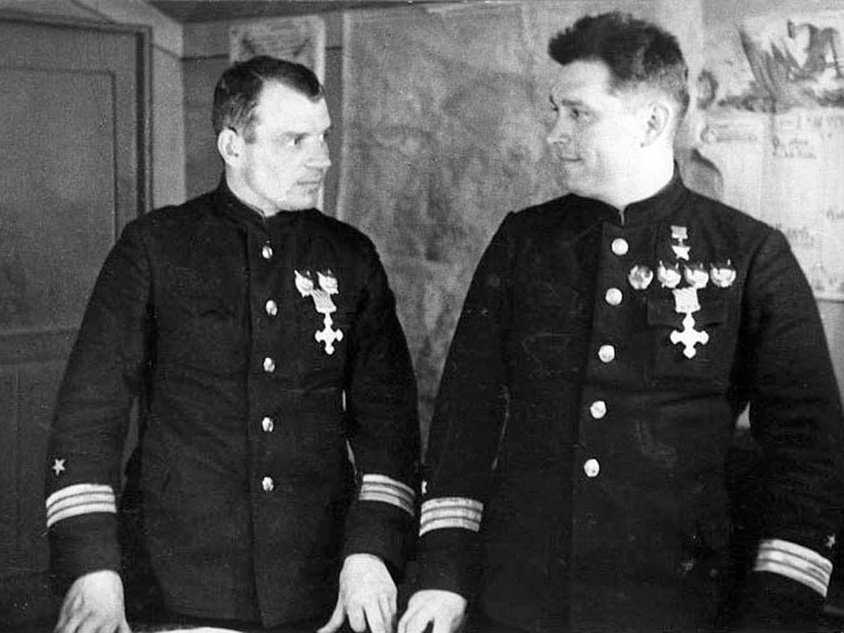 Майоры Александр Коваленко и Борис Сафонов после награждения английским крестом «За летные боевые заслуги» «DFC - Disrtinguished Flyig Cross».