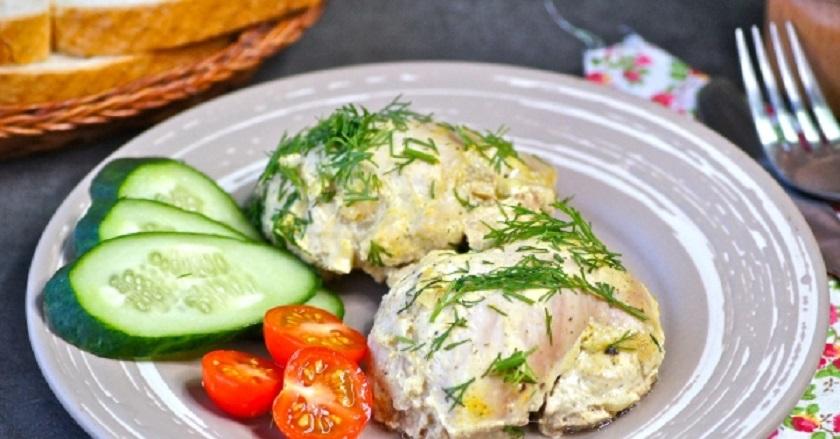 Запеченные куриные бедра в сметане и горчице: к любому гарниру