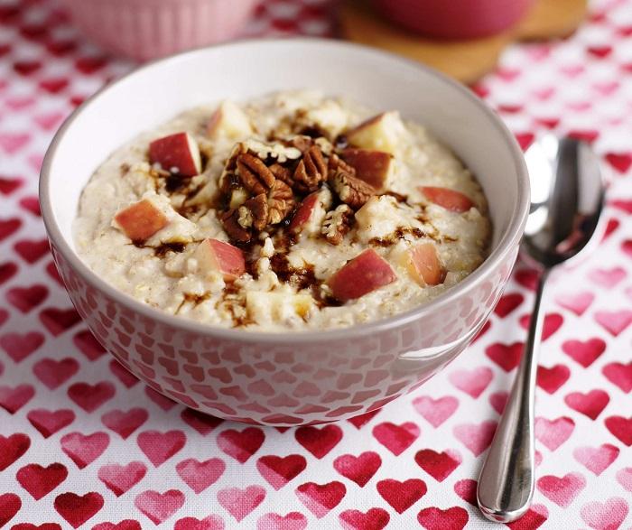В овсянку можно добавлять яблоки и орехи для улучшения вкуса. / Фото: info-food.ru