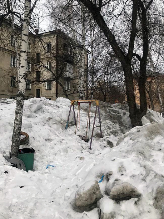 Качели высвобождаются из-под снега. | Фото: ЯПлакалъ.