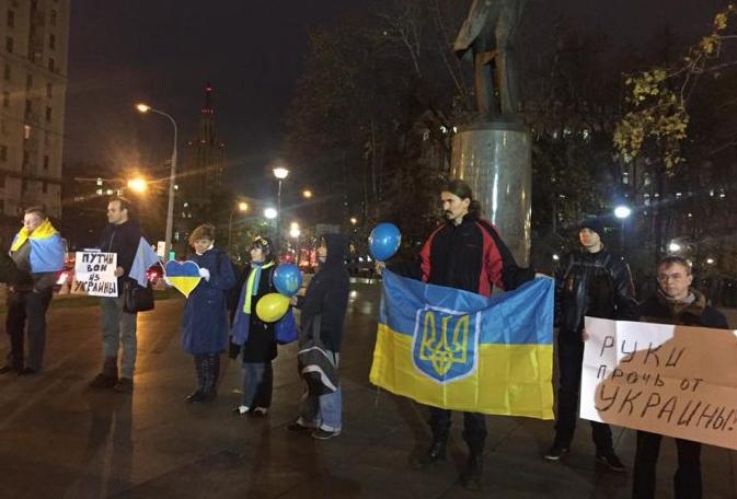 """""""Когда Путин уйдет, ты будешь прятаться в подвале!"""" – пикет в поддержку Украины в Москве"""