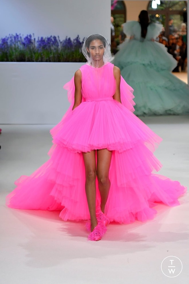 От фуксии до пыльной розы — 9 розовых платьев, которые нас покорили