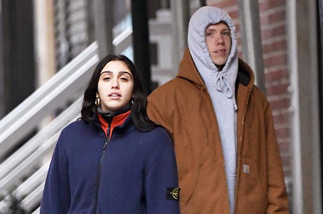 Дочь Мадонны Лурдес Леон на прогулке с другом в Нью-Йорке
