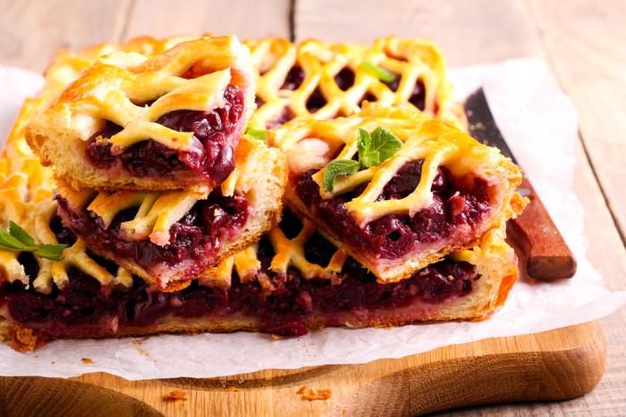 Пирог с вишней: простой рецепт