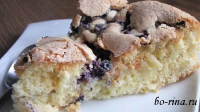 Бисквит с ягодами — простая и вкусная выпечка