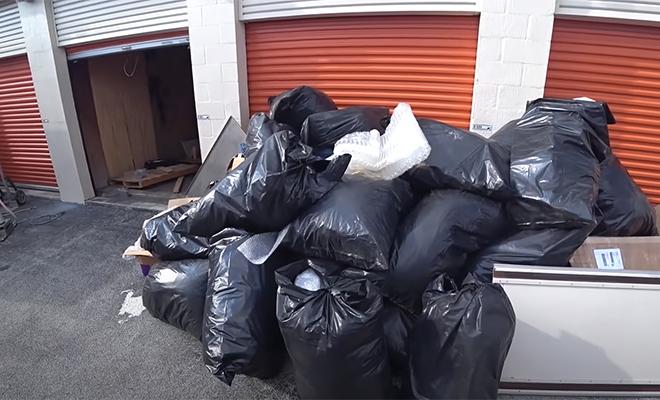 Мужчина купил заброшенный гараж, заполненный черными мешками, и нашел под ними спрятанную технику