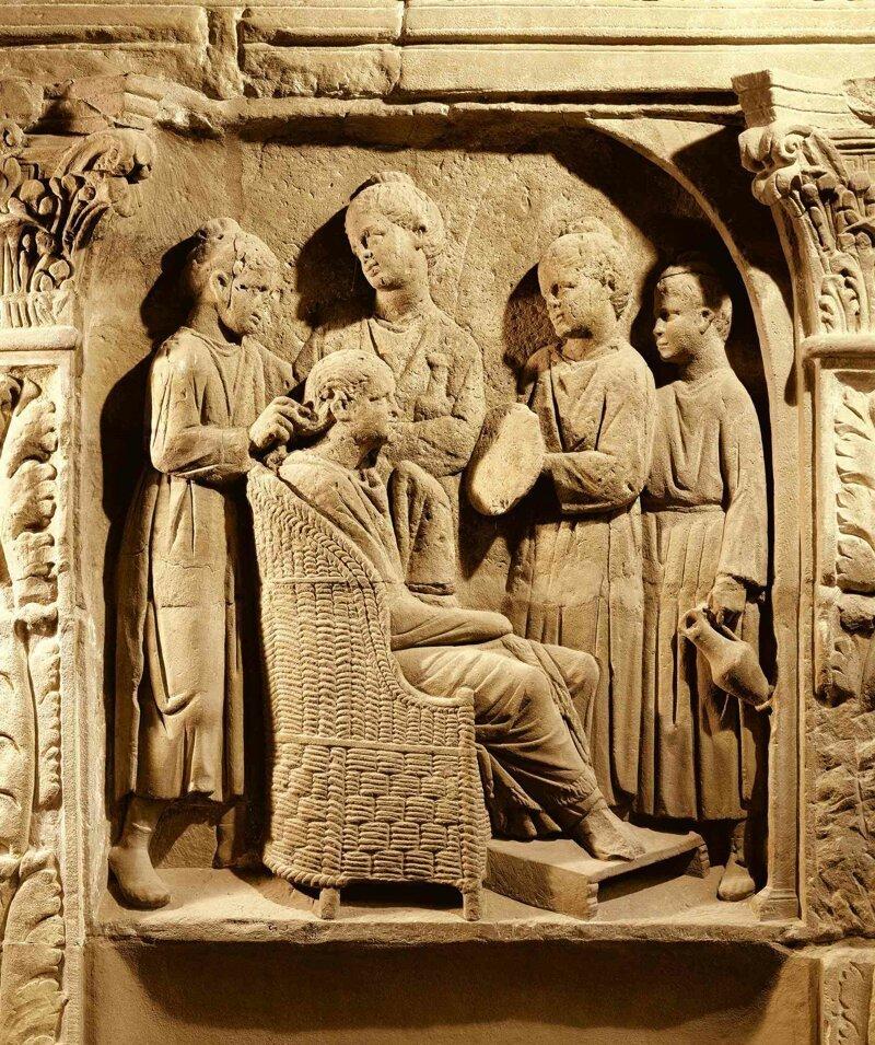 Римский барельеф из музея Трира, III век нашей эры. Госпожа за туалетом в окружении служанок. Обратите внимание как держит зеркало одна из служанок – явно за ручку на задней поверхности зеркала. археология, загадки, история, расследование