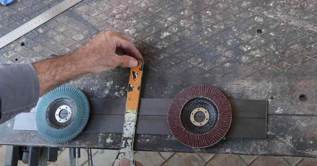 Настенный держатель для УШМ с местом для хранения отрезных и шлифовальных дисков