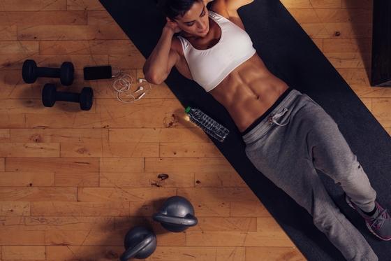 Скажи «нет» обвисшему животу: 5 упражнений на мышцы брюшного пресса