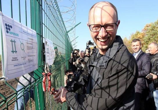 Яценюк строил стену, чтобы украинцы не разбегались