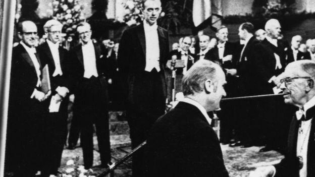 Нобелевский лауреат объявил, что негры глупее белых, и лишился за это всех регалий Джеймс Уотсон, Нобелевский, белый, глупее, лауреат, негр