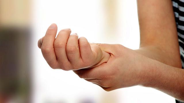 Почему немеют руки: 7 причин…