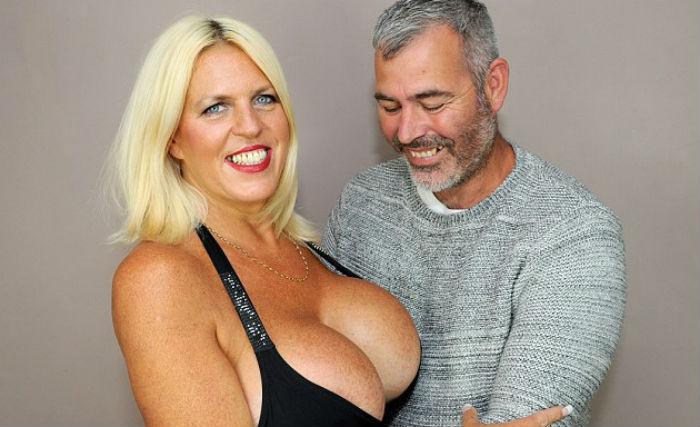 Шэрон Перкинс — 50-летняя женщина с самой большой грудью в Великобритании