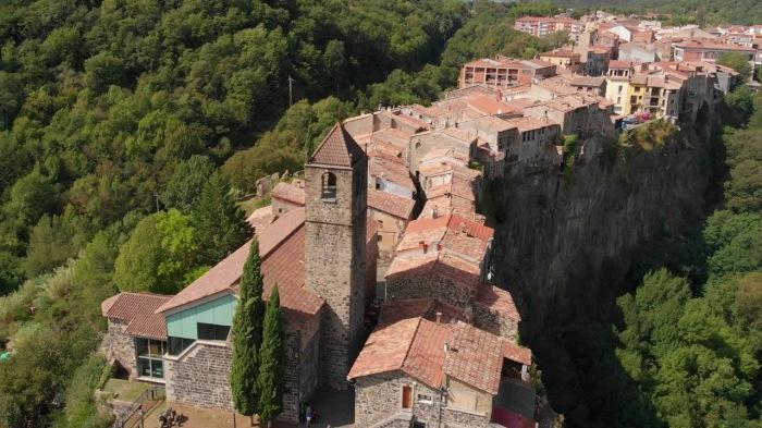 Жизнь над пропастью: Как в Испании появился город на скале с единственной улицей