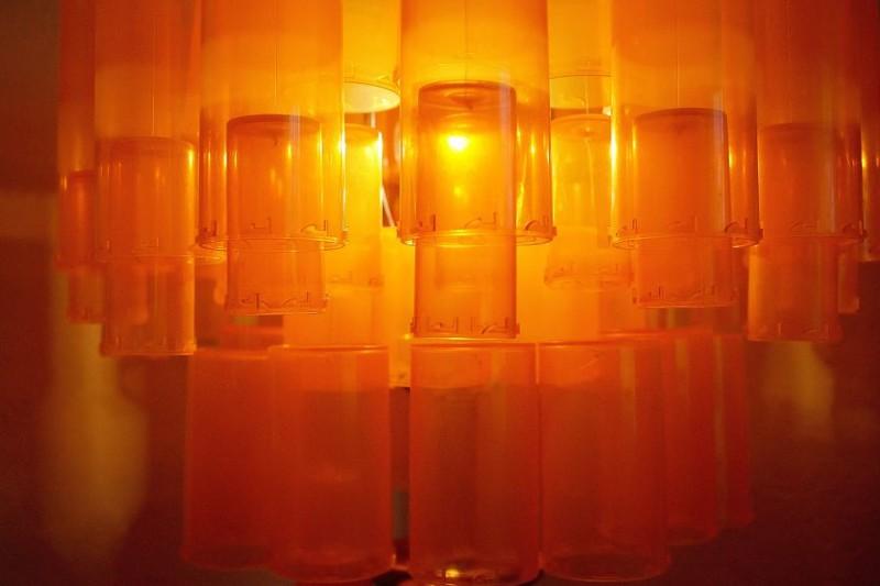 Человеческий глаз воспринимает эти прозрачные слои пластмассы как увеличительное стекло, придающее всей конструкции дополнительный цвет и еще одно измерение дизайн, лампа, мастерство, переработка, свет, творческий подход, фото, экология