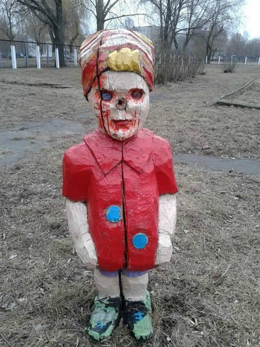 Невинная скульптура на детской площадке. | Фото: Pikabu.