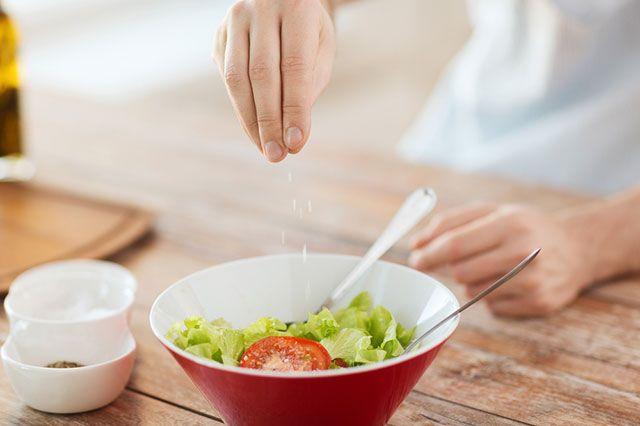 Щепотка слабоумия. Чем опасно излишнее употребление соли?