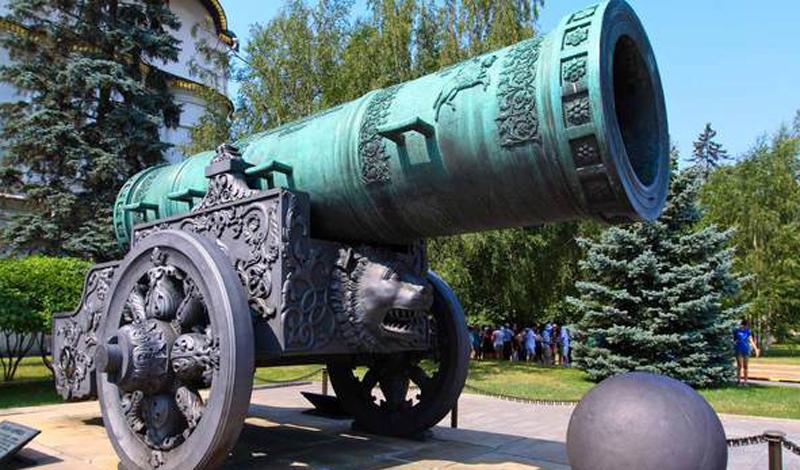 Царь-пушка Великий русский оружейник Андрей Чохов сумел отлить знаменитую Царь-Пушку: зверя в две тысячи тонн весом. Для 1585 года этот «динозавр» был очень велик. Калибр Царь-Пушки составлял 920 мм, а длина ствола — 5430 мм.