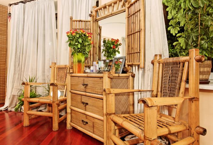 Экзотическая мебель из бамбука станет не только эффектным, но и функциональным дополнением.