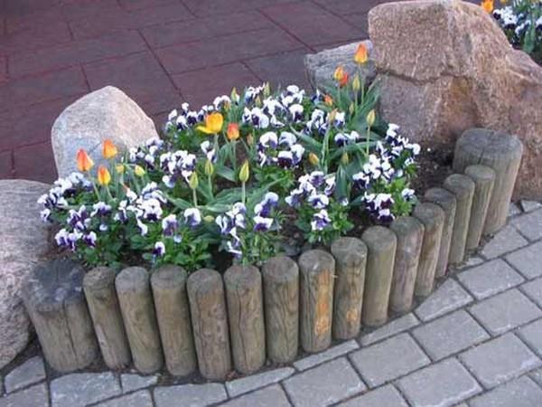Заборчик для цветника из бревнышек