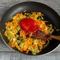 Добавляем консервированные в собственном соку томаты, готовим 10 минут