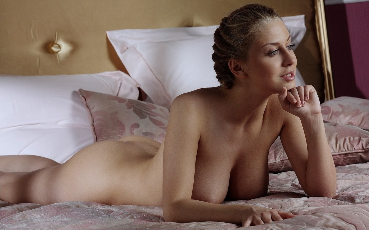 кто голая женщина у кровати первый