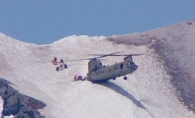 Грузовой вертолет швартуется на склон горы: уникальное мастерство пилота