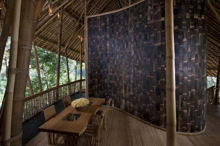 Чаще всего для декора используются крупные стволы бамбука или их срезы.