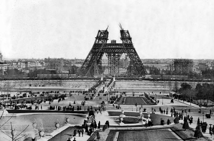 Начало стройки Эйфелевой башни в Париже (1889 г.).