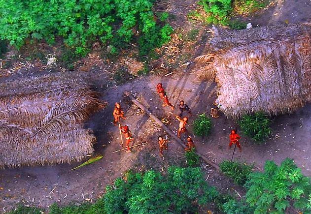 Ученым удалось выяснить, что сентинельцы до сих пор живут в каменном веке, занимаются охотой и собирательством, не умеют добывать огонь.