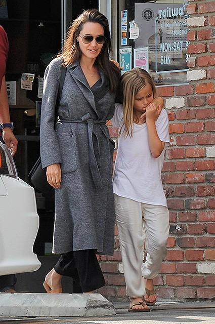 Что прячет летом под пальто Анджелина Джоли?