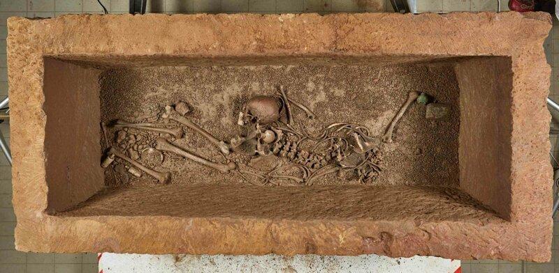 Первое фото после вскрытия. Обратите внимание на влажный блеск и расположение мелкого мусора в саркофаге. В нем явно была вода, и он до сих пор очень влажный. Отметим для себя на будущее – это важно! археология, загадки, история, расследование