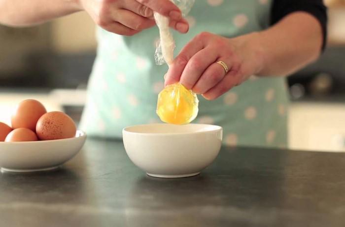 Приготовить яйцо пашот в пищевой пленке смогут даже новички в кулинарии / Фото: i.imgur.com