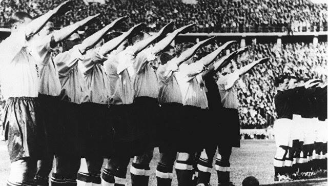 Ой, а что это у нас? А у нас это английская сборная по футболу зигует Гитлеру, оказывается...