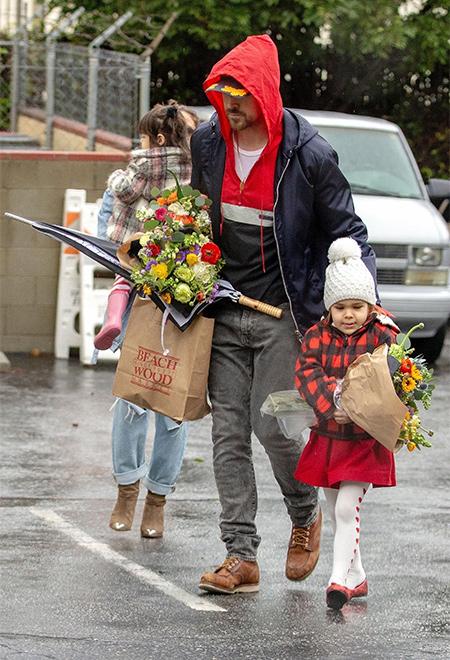 Семейный выход: Ева Мендес и Райан Гослинг с дочерьми сходили за цветами Дети / Дети знаменитостей