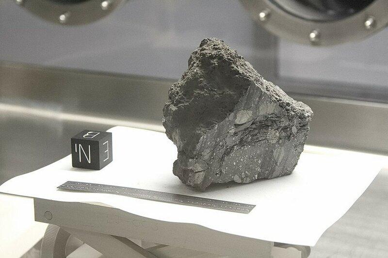 4. «Что это за куб рядом с образцом с Луны?» в мире, вещи, интересно, познавательно, удивительно, фото