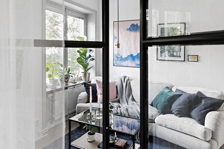 Стеклянная перегородка и синие акценты: интересный дизайн однокомнатной квартиры